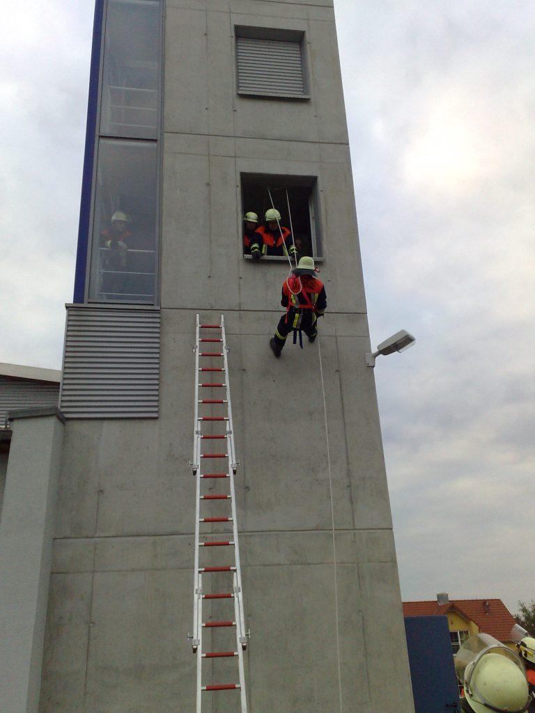 Abseilübung am Feuerwehrhaus am 20.05.08 (1)