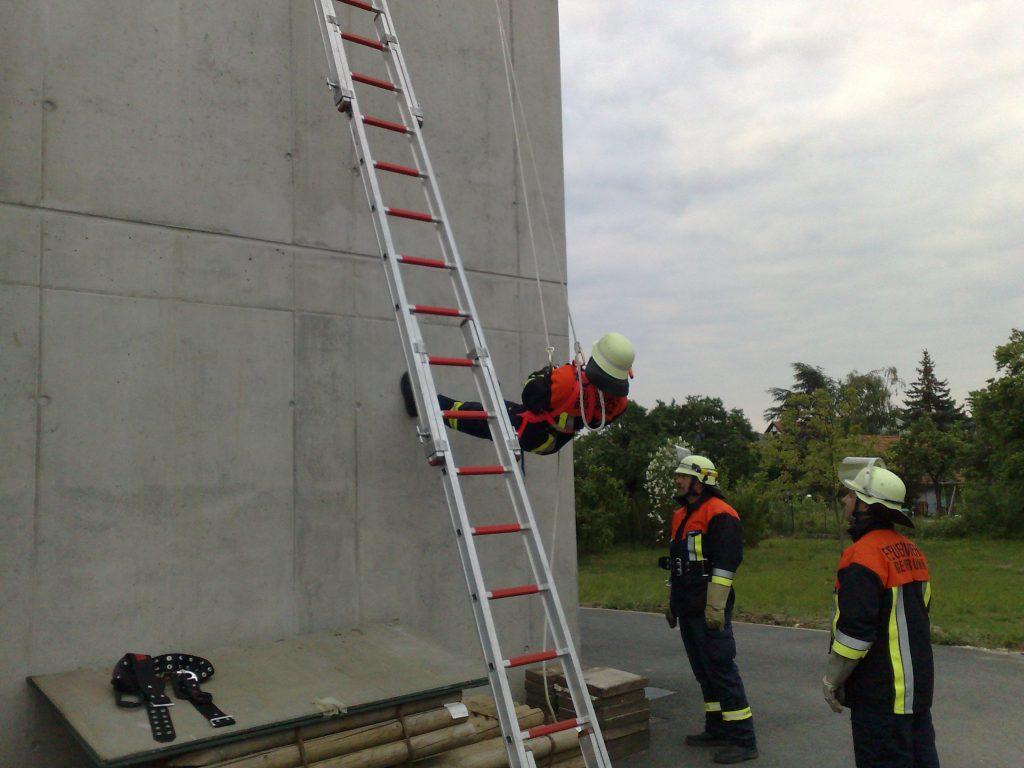 Abseilübung am Feuerwehrhaus am 20.05.08 (2)