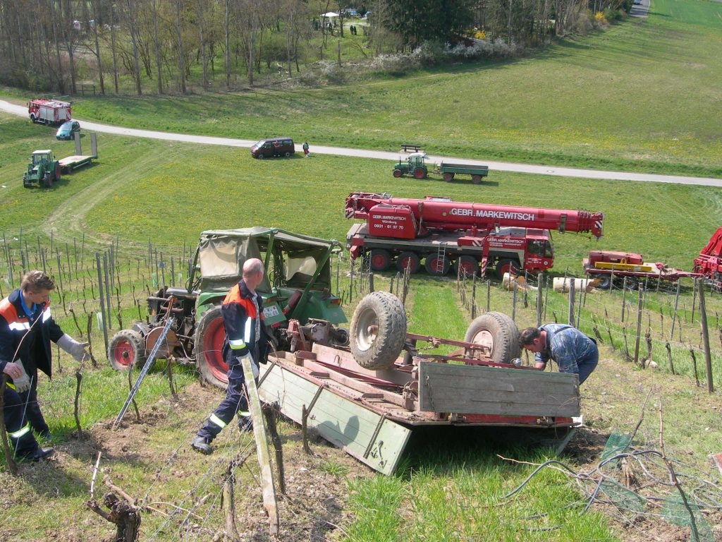 Traktorunfall am Zottenhügel am Fr 13.04.07 (21)